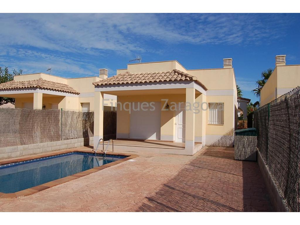 81m2 detached villa on a plot of 300m2. , distributed in 3 double bedrooms, 2 bathrooms, kitchen, dining room, storage. With nice terrace and private pool. Upstairs also has a terrace-solarium. Just 400m off the promenade and the beach.