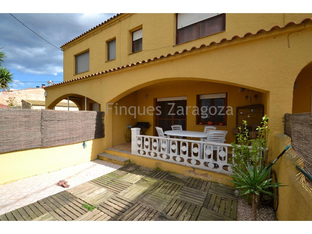 Nice terraced house in Ibizan style in Deltebre. With its 106 m2 divided in two floors.On the ground floor: small private garden , garage, kitchen, a livingroom and a toilet.On the top floor: 3 bedrooms, two bathrooms and also a sun terrace. Very sunny and ready to move in.