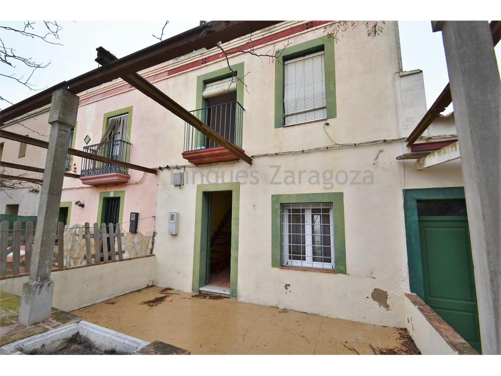 Townhouse in Deltebre. Ground floor plus floor.The house has a small garden in the back of 15m2 and 15m2 more than porch in the front.On the ground floor there is a living room, a separate kitchen with access to the garden, a room and a bathroom.On the first floor there are 3 bedrooms, another bathroom and a small balcony.The windows on the ground floor are made of PVC and have protection bars.The price includes the parking space.