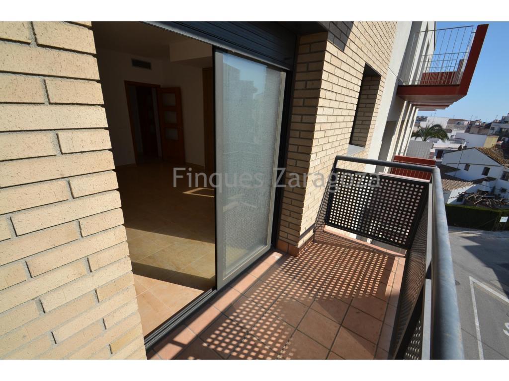 Nouveau appartement à l'Ampolla avec ascenseur. Cette propriété comprend 2 chambres, une salle de bain complètement équipée, salon- salle à manger avec cuisine ouverte et balcon.L'appartement a aussi climatisation et toutes les fênetres ont double vitrage ainsi qu'encadrements d'aluminium.
