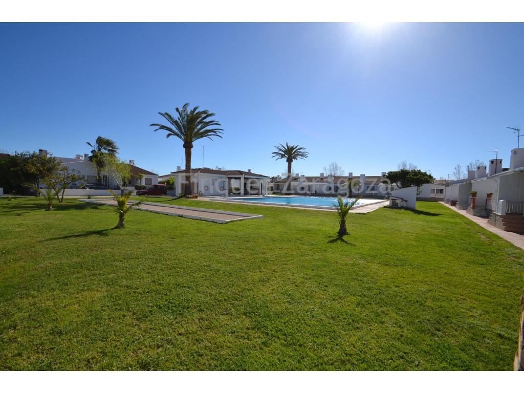 Appartment am Strand von Riumar mit 40 m2. Die Aufteilung ist folgende: 1 Schlafzimmer , 1 Badezimmer, Küche, Wohnraum und eine kleine Terrasse. Es gibt einen Gemeinschaftspool mit Grünfläche.Das Appartment liegt weniger als 1 Minute zu Fuss von der Strandpromenade entfernt.