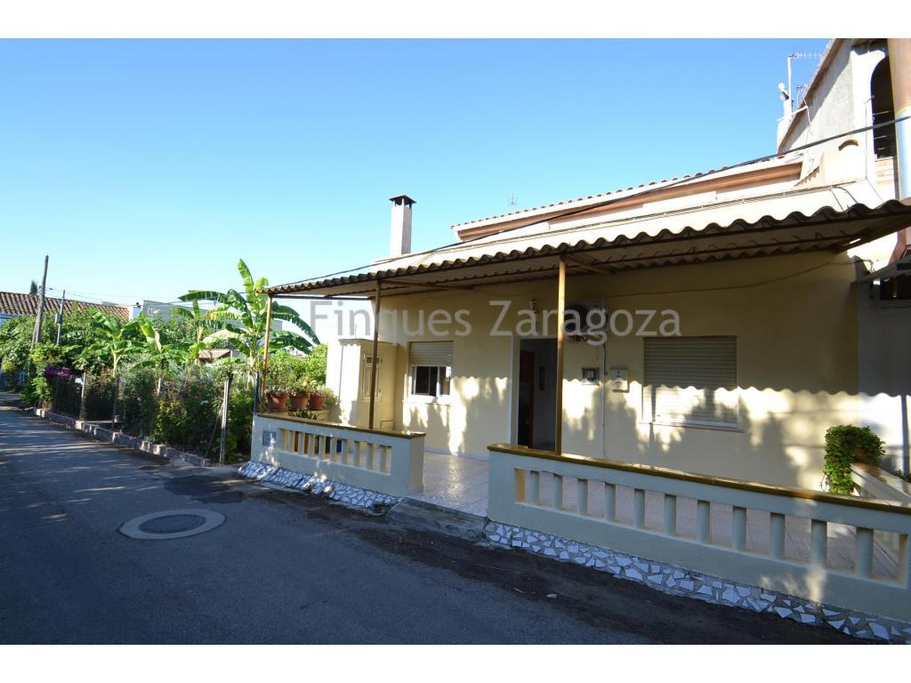 Landhaus mit Grundstück in DeltebreHaus in Deltebre im Herzen von Delta del Ebro mit Erdgeschoss , erster Stock und 399m2 Grundstück - nur wenige Meter vom Stadtzentrum entfernt. Das Haus verfügt über einen direkten Zugang von der Straße. Im Erdgeschoss gibt es eine Veranda, die den Zugang zum Inneren des Hauses erlaubt, wo es eine separate Küche mit Kamin, ein Esszimmer, 1 Schlafzimmer mit Doppelbett und ein weiteres Einzelzimmern mit Ankleide mit eigenem Bad gibt.Im hinteren Teil des Erdgeschosses ist ein weiteres Bad und eine Treppe, die zum Obergeschoss führt, wo man ein weiteres Wohnzimmer, Bad, separate Küche und zwei Doppelzimmer mit Zugang zur Terrasse findet..Im Erdgeschoss gibt es den Zugang zu einer anderen geschlossenen Veranda, und von hier aus gelangen Sie direkt in den Garten des Hauses. Im Garten findet man einheimische Obstbäume wie Oliven-, Orangen-, Feigen- finden ...
