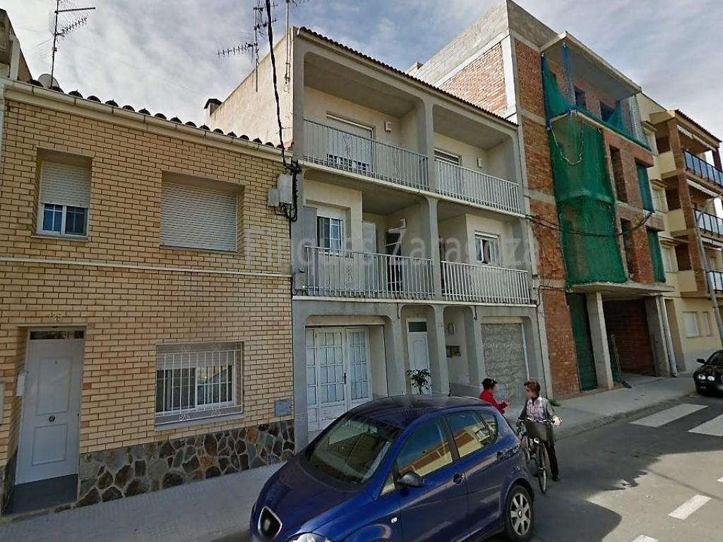 Triplex-type house in Deltebre, near the Town Hall, the Institute, the bridge and the river promenade.The house has a room on the ground floor, with a toilet and a small patio on the back of this. From the ground floor and through stairs, you access the first floor of the house; Here we find the living room with views to the south, with direct sunlight almost all day. In the northern part we have a large kitchen with dining area and balcony. From the living room and through a staircase we have access to the second floor of the house; Here we find the two double bedrooms and the main bathroom. The double room located in the southernmost part of the house and with its own dressing room. In the northern part the other room and in the middle of them the bathroom.The house is equipped with double glazed windows and PVC, air conditioning, heating and parquet flooring in the living room and in the area of the rooms.