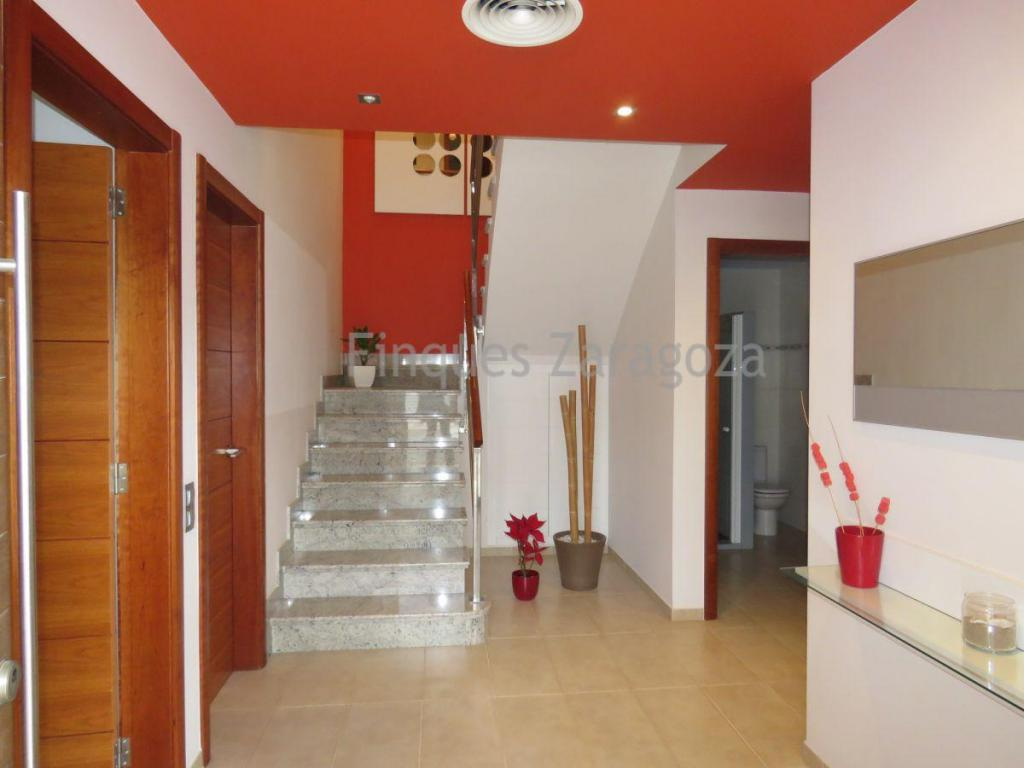 Corner house of 214 m² built. Composed of ground floor distributed in warehouse with laundry area, kitchen equipped with latest generation appliances, large living room, one bedroom, one bathroom, terrace and patio, one with barbecue; first floor with four bedrooms, the main one with dressing room, a bathroom and two terraces. It has AA / AA ducts, carpentry and finishes of first quality. The house is ready to move in