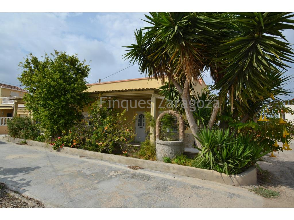 House in a plot of 270m2, in Deltebre.The house has 140m2 built, distributed in kitchen, bathroom, living room, 4 bedrooms and garage.In the outside of the house there is a covered terrace on the top and several fruit trees.The windows are made of wood.