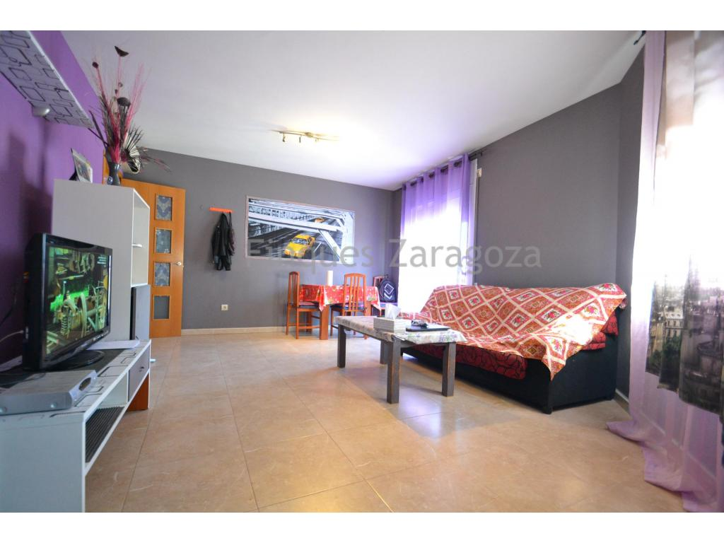Apartment in Deltebre of 78m2, distributed in hall, passage, living room with terrace, kitchen with laundry, two double bedrooms, one with terrace, a single room and a bathroom.The apartment is located in a privileged area, near the school, supermarkets, banks, post office, bars and 5 minutes from downtown.