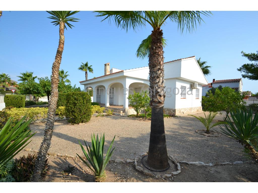 Detached house on the beach of Riumar, in the Ebro Delta.The house is located on a plot of 689m2 and has access to two streets as it is a corner.The house has 109m2, distributed internally in kitchen with dining room, 3 double bedrooms, two of them with fitted wardrobes, 1 bathroom and garage.All the windows are new; double glass and PVC. The house is in perfect condition and has bars on all windows and main entrance door to the house. It is 3 minutes walk from the promenade.