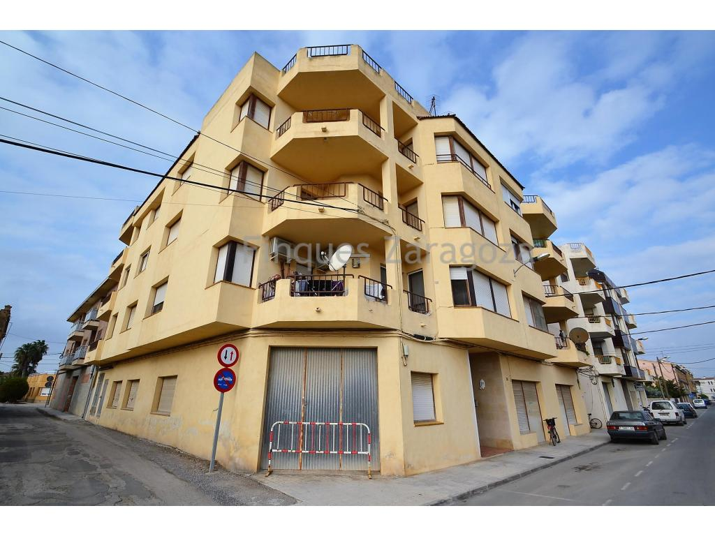 It is about a flat in the Benavente street of Deltebre, 3 minutes walk from the downtown and 6 minutes from the Ebro river and the rive walk.The apartment is located on the second floor of the building; has a useful area of 106m2, and is distributed in hall, kitchen with pantry and laundry, living room with access to balcony, 3 double bedrooms and 1 bathroom.The floor is healthy and well preserved. Communal area well maintained and the elevator is operational.It has parking space also included in the price.To be sold without furniture.