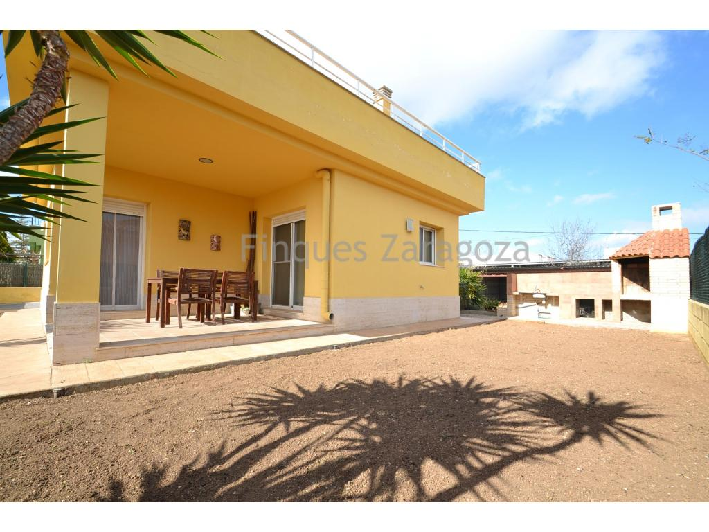House located in the area of La Cava,downtown Deltebre, 157m2 built and 273m2 of land. This house was built in 2007, is ready to move in. In the outdoor area there is a garden, barbecue area and terrace with access from the kitchen and living room. Inside at the ground floor, we have a hall distributor, living room with access to one of the rooms, kitchen type office, 1 bathroom with shower and garage. In the hallway distributor there is a staircase that gives us access to the first floor of the house. Here we find 3 rooms and another bathroom with whirlpool. From the master bedroom and the single room, we access the large terrace on the first floor. The house is equipped with air conditioning both cool and hot air, aluminum windows and double glazing. The house faces 4 winds and faces south. This, having sunlight all day. The house is ready to move in.