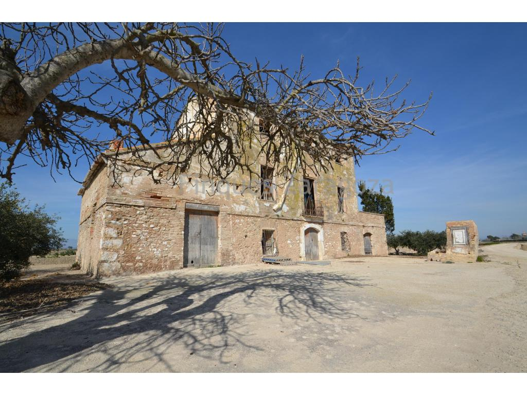 Charmante ferme à vendre à Sant Jaume d'Enveja, construite en 1900, rez-de-chaussée plus deux étages. Il est situé dans une zone rustique, entouré de rizières et à 4 minutes en voiture du centre-ville et des services. Bon accès à la ferme par route et route. La Masia dispose également de 3,8