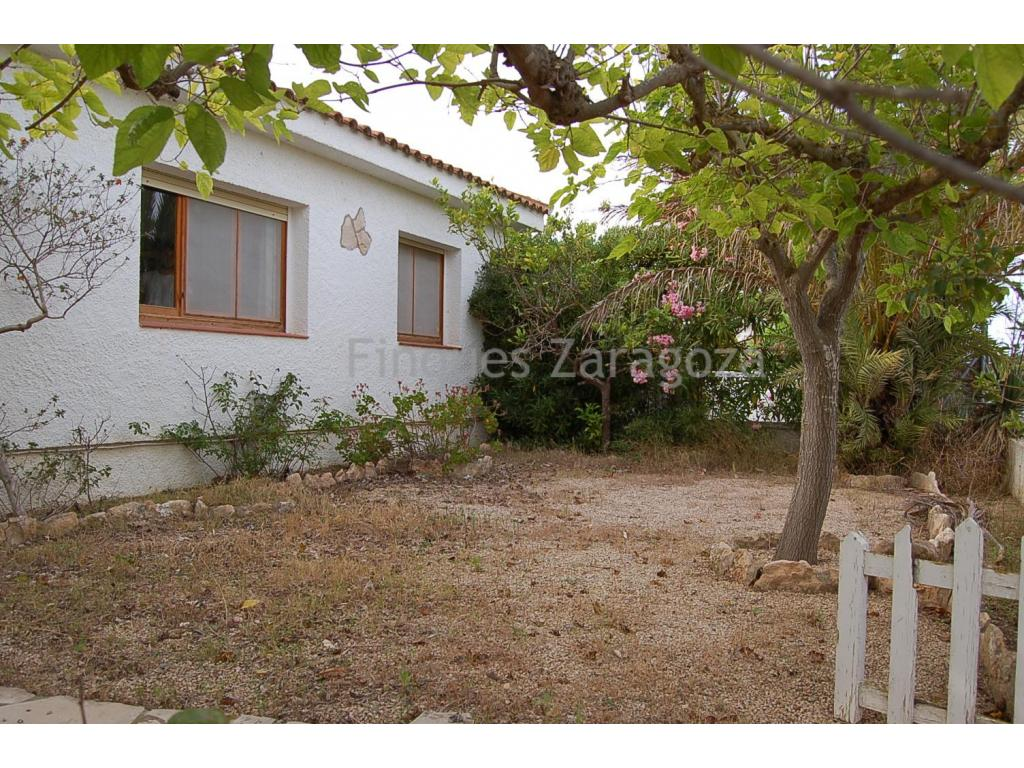Beach Chalet in Riumar . Terraced house of about 75 m2 on a plot of 190 m2 approx. Distributed in 3 double bedrooms with built-in wardrobes , kitchen, living and dining room and a bathroom. Plot completely fenced.