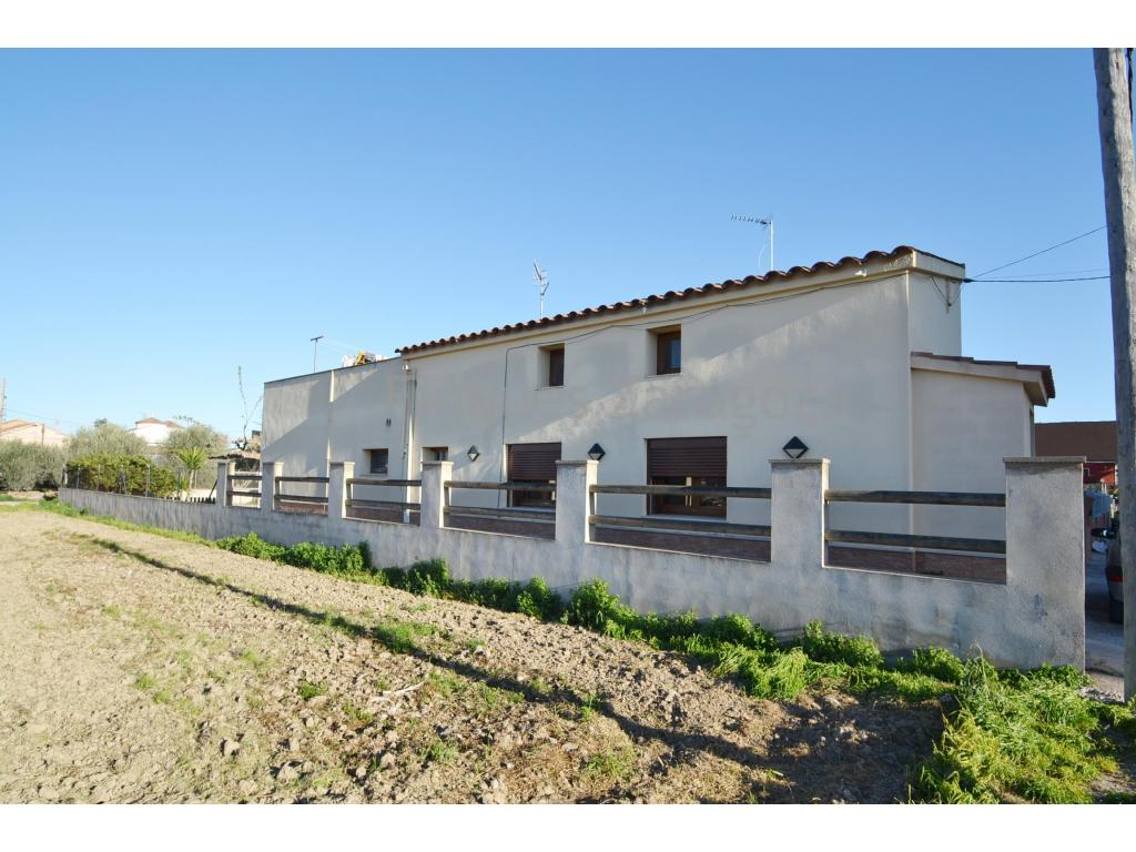 Schönes Haus in Deltebre, mit Garten und in der Nähe des Flusses Ebro. Das Haus liegt auf einem 273m² großen Grundstück und im Inneren befindet sich ein Einfamilienhaus im Erdgeschoss plus Erdgeschoss. Das Haus ist wie folgt verteilt. Im Erdgeschoss finden wir eine Küche mit Wohnzimmer, 1 Badezimmer mit Dusche und den Hauptraum mit einem weiteren Bad und Ankleidezimmer. Von diesem Badezimmer aus gelangen Sie in eine Waschküche. Von hier aus haben Sie einen Gartenausgang von der Rückseite des Hauses. Im Esszimmer gibt es eine Holztreppe, die in den ersten Stock des Hauses führt, wo sich ein weiterer Raum mit Spielzimmer und eine große Terrasse nach Osten (Sonnenaufgang) befindet.