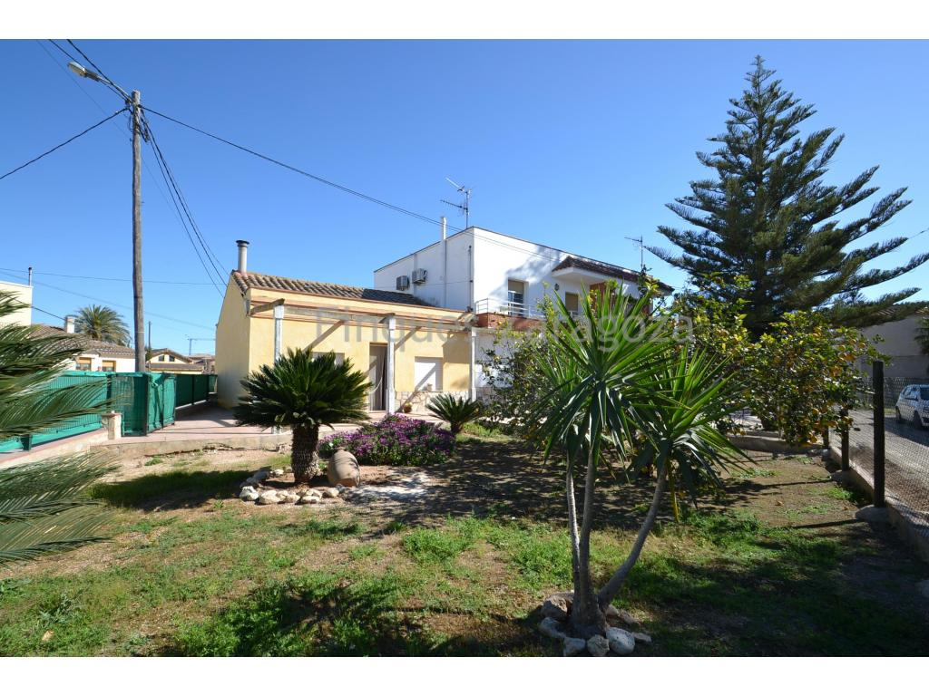 House in Deltebre, Jesús i Maria area, of 337m² built and distributed on the ground floor: warehouse, hall, garage and porch, and through internal staircase you access the first floor, which consists of living room, kitchen, bathroom, 4 bedrooms and laundry room, as well as balcony and two outdoor terraces.The house faces south, has sunlight all day, and is ventilated on all 4 sides.The house enjoys a large plot both to the front and rear of the house, giving it an outdoor space with many possibilities. Ideal for families with children and / or animals.