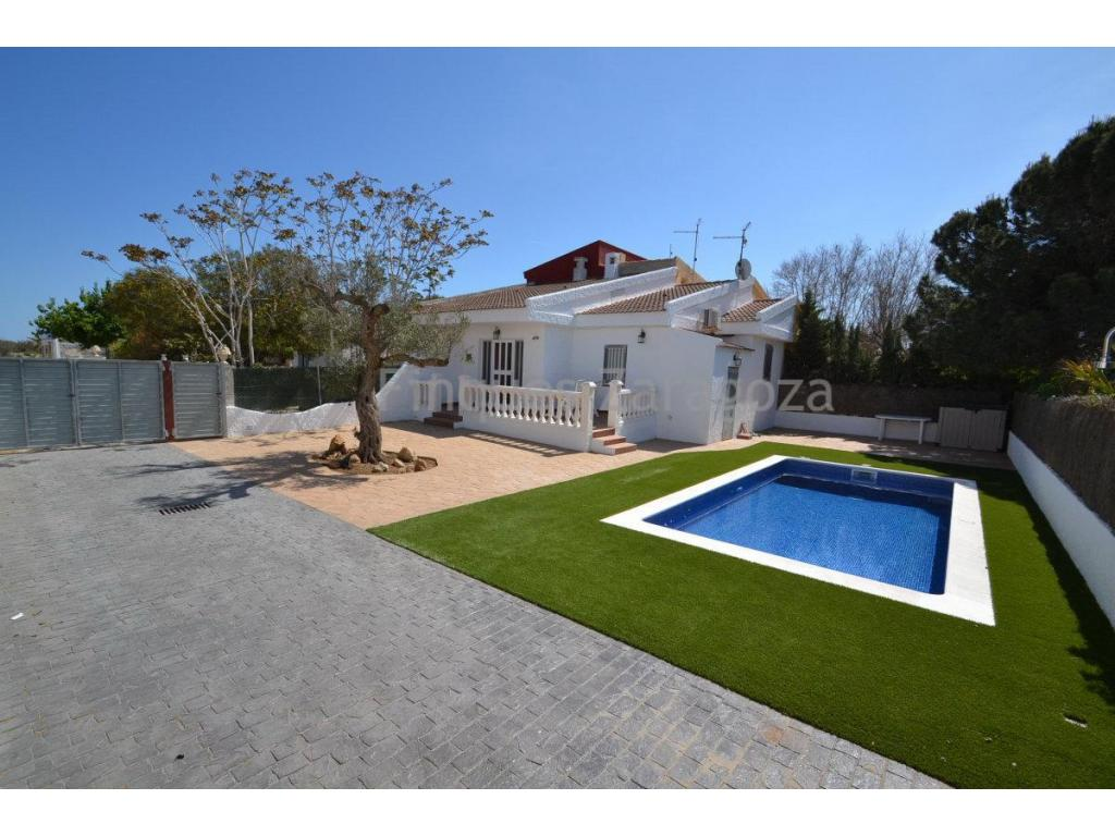 Beautiful Villa by the Sea PromenadeVilla just a few metres off the Riumar promenade and the beach. On a plot of 264m2, this semi-detached ca.55m2. house comprises a living room with open kitchen, 2 bedrooms , 1 bathroom, terrace and also private private pool.Recently renovated, it has double glazing windows, air conditioning and heating. The Sofa and TW are both brand new.