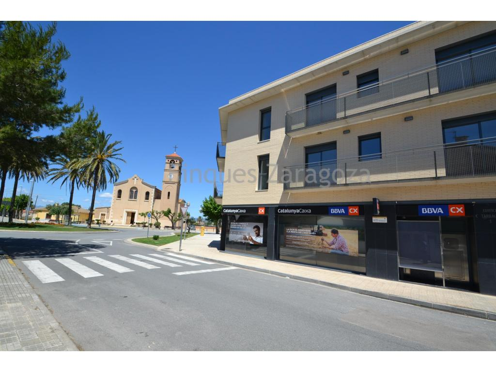 Apartment in Deltebre with 68m2 plus 4m2 of storage room.The flat is distributed in kitchen with dining room, 2 bedrooms, 1 bathroom and balcony.On the roof there is a storage room for private use where the boiler and the washing machine are located.It premiered in July 2018 and is currently sold with existing furniture and appliances.It is equipped with aluminum windows and double glazing, and with ceramic hob, oven and electric water heater.A very good deal for someone who is looking for a second home.Quiet area with services: school, bars, restaurants, bank office, and leisure at 3 minutes walking, etc.