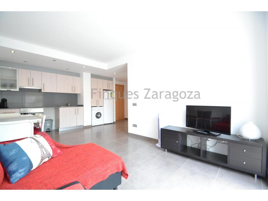 Apartment in Deltebre, im Herzen des Delta del Ebro, 40 m von der Flusspromenade und dem Fluss Ebro entfernt.Es ist eine 46m2 Wohnung, im ersten Stock gelegen, mit Gemeinschaftspool und aufgeteilt in Küche mit Esszimmer, 2 Schlafzimmer, 1 Badezimmer und Balkon. Sowohl vom Esszimmer als auch von den Zimmern hat man direkten Zugang zum Balkon.Der Balkon ist nach Süden ausgerichtet und bietet direkten Blick auf den Gemeinschaftspool. ideal für Familien mit Kindern, da sie sie beobachten können, ohne die Wohnung zu verlassen.Darüber hinaus verfügt es über eine Tiefgarage.Aluminiumfenster und Doppelverglasung, Moskitonetze, Ceranfeld und Elektroboiler.