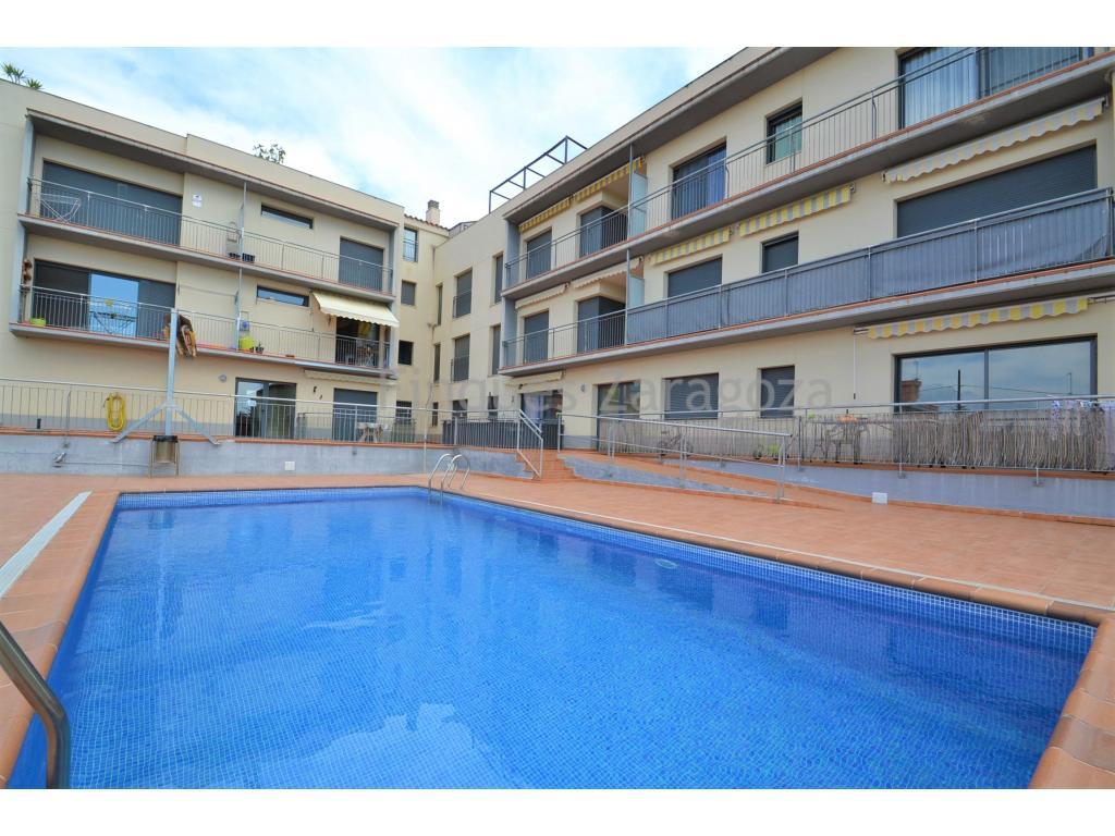 Ático dúplex a la venta en Deltebre, muy cerca del río Ebro. El piso tiene una superficie útil de 74m², más balcón y terraza solárium que miden en conjunto 48m².Está distribuido en recibidor, 1 baño, 2 habitaciones dobles, cocina separada con puertas correderas y comedor con salida al balcón.Mediante escalera de obra se accede a la buhardilla de la planta superior donde existe 1 aseo y una terraza de unos 40m² aprox. Desde la terraza tenemos vistas a la piscina comunitaria y aunque de lejos, se ve el río Ebro.El piso es soleado y está equipado con parqué, aire acondicionado por conductos y bomba de calor, vitrocerámica, horno y termo eléctricos, y ventanas de aluminio con doble cristal.Además, este piso disfruta de una plaza de parking en la planta sótano.Está para entrar a vivir, y se vende con muebles y electrodomésticos.Para ver este piso en 360 grados haz CLICK AQUI o en el siguiente enlace: https://floorfy.com/tour/367025?play=yes