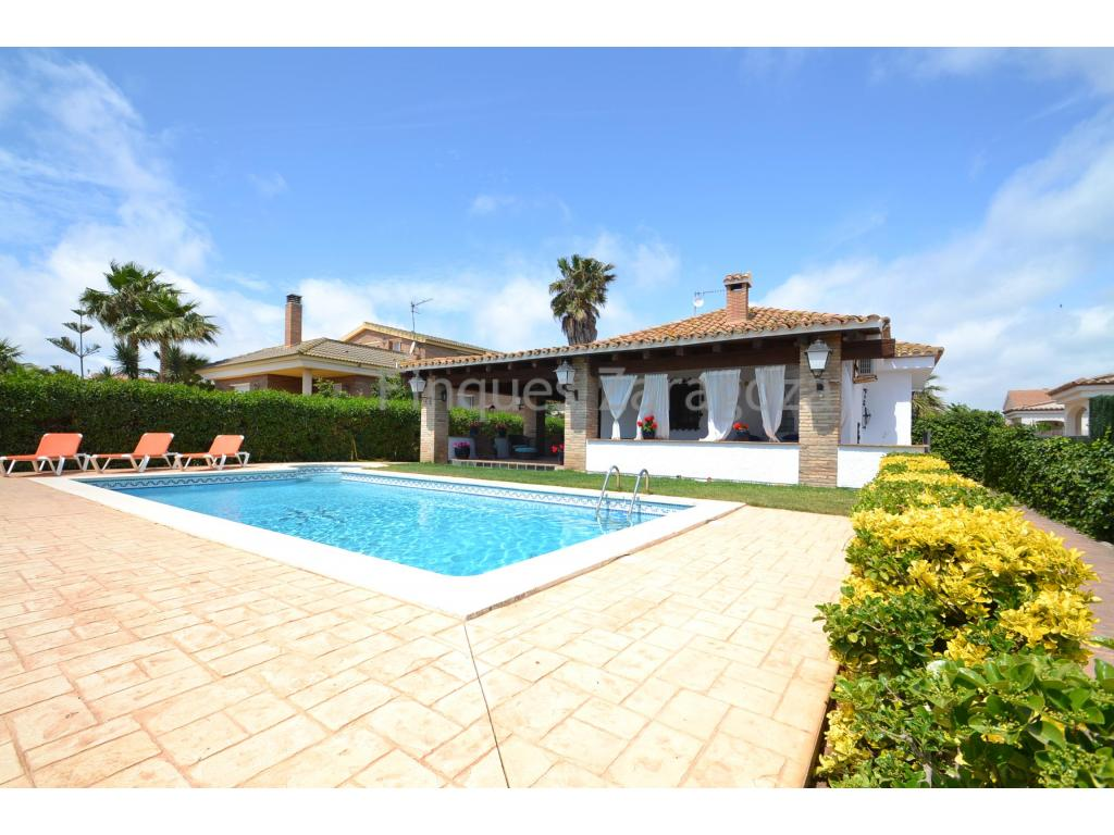For sale on the beach of Riumar this beautiful villa with a plot of 600m².It is a rustic villa of 70m² with a large garden and swimming pool with jacuzzi.It has a porch with fully covered wooden beams, with a stone barbecue and a large table to meet with all family and friends. From the porch terrace you can enjoy the views of the rest of the garden and pool.Inside the house we find an elegant living room with fireplace, fully equipped kitchen with dishwasher, microwave and refrigerator. The house has 3 bedrooms, 1 bathroom and a toilet. Equipped and underway to move into.The house has the capacity to park 3/4 cars.