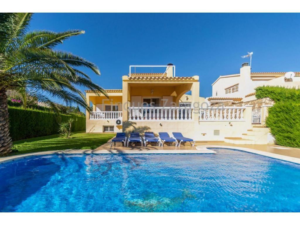 Wonderful villa of 347m² in front of the sea, with splendid sea views. Located at 50m from the natural port of