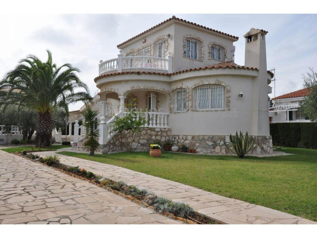 Villa located 350m. from the beach and 2.5km. from town. Construction area: 168m². Plot of 885m².Distribution:GROUND FLOOR: living room, kitchen, 2 double bedrooms with fitted wardrobes, 1 bathroom, 1 toilet, terrace-covered, office-laundry and exterior staircase.FIRST FLOOR: access staircase, living-dining room-kitchen-bedroom, a bathroom with showerGood quality construction, air conditioning by wall splits, technical room, storage room, covered parking area, garden with automatic irrigation system. Barbecue. Furnished.10x5 meter pool with outdoor staircase and terrace.