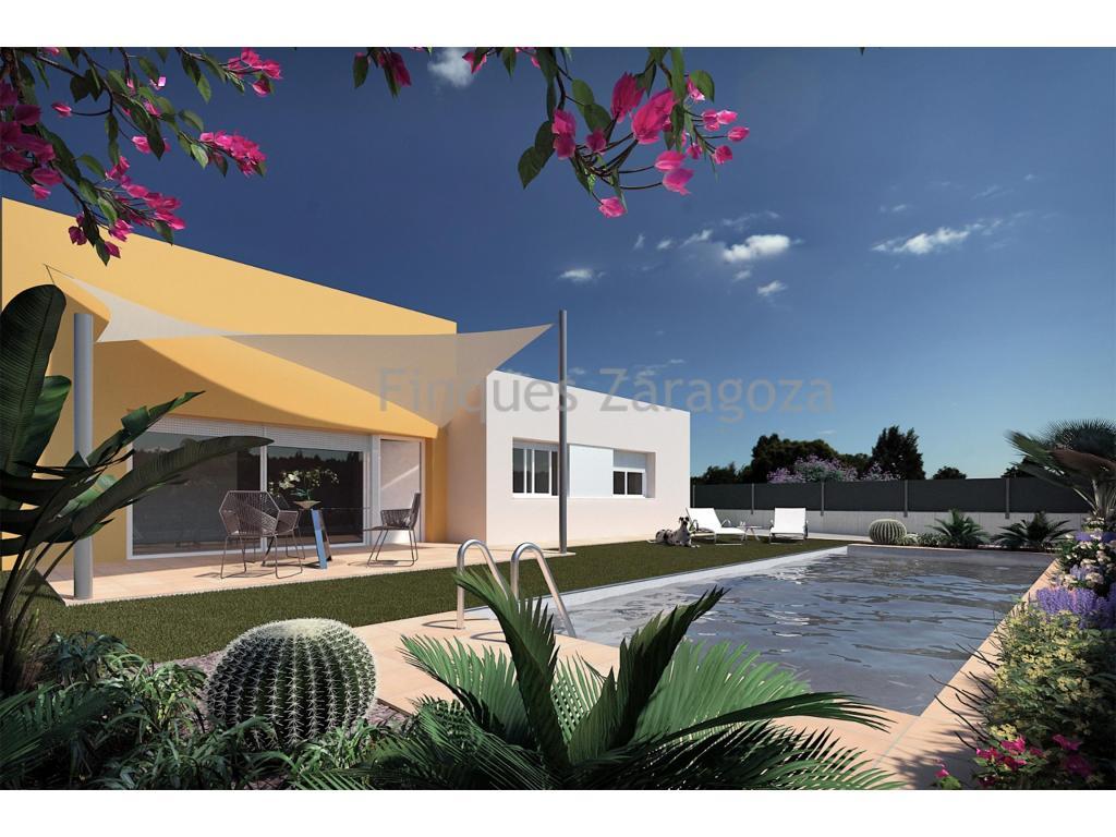 Villa sur la plage de Riumar, dans le delta de l'Èbre.La villa est située dans un quartier calme, à 3 minutes à pied de la promenade et à 1,5 km du port nautique et de l'Èbre.Sur un terrain de 300m² se trouve la villa d'environ 90m² et est répartie en cuisine avec salle à manger et salon, 3 chambres doubles et 2 salles de bain; une des salles de bains est à usage privé de la chambre double. Sur la façade de la cuisine se trouve une photo du Delta qui donne de la luminosité et de l'espace à la pièce. À l'extérieur, la piscine de 9,5 m² avec jacuzzi et une zone de détente avec gazon artificiel, plantes et panneau LED au bas du mur avant confèrent une certaine intimité à la région et à la piscine la nuit.Fenêtres en aluminium et double vitrage isolant de la température extérieure, assurant ainsi un confort optimal à l'intérieur du chalet. Air conditionné (chaud / froid).Le chalet est livré avec tous les meubles et appareils ménagers.