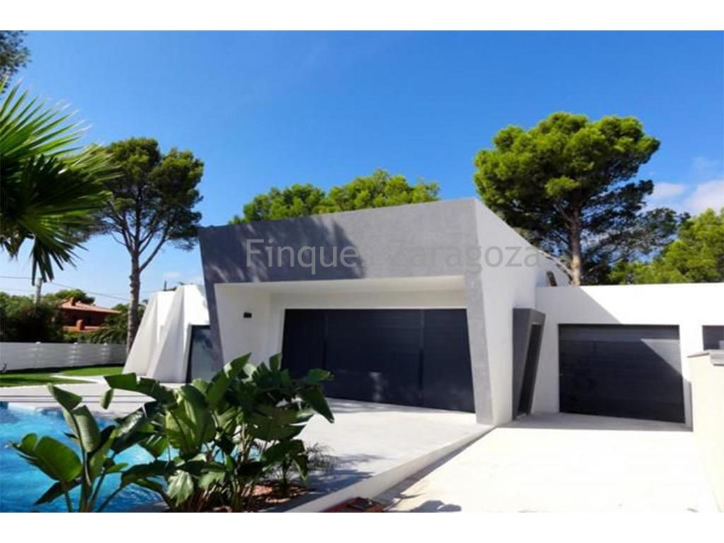 Projet à vendre avec piscine privée à Alcanar Playa, Costa Dorada - Espagne.Villa à la vente d`architecture moderne. Cette belle villa à la vente a 3 chambres doubles avec armoires encastrées, 2 salles de bain avec meuble de