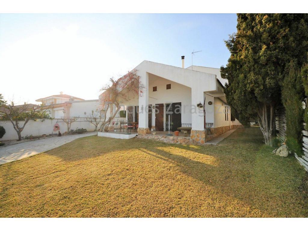 CHALET - Grundstück mit einer Fläche von 521m² in der Urbanisation Serramar, 1km von Sant Carles de la Ràpita entfernt.Ausgezeichnetes Chalet mit einer bebauten Fläche von 182m². Grundstück mit einer Fläche von 521m², mit einer Erdgeschoßkonstruktion und einem Hochgeschoß.Das Haus ist aufgeteilt in 5 Schlafzimmer, 3 WC, großes Wohnzimmer mit Kamin, offene Küche und Garage.