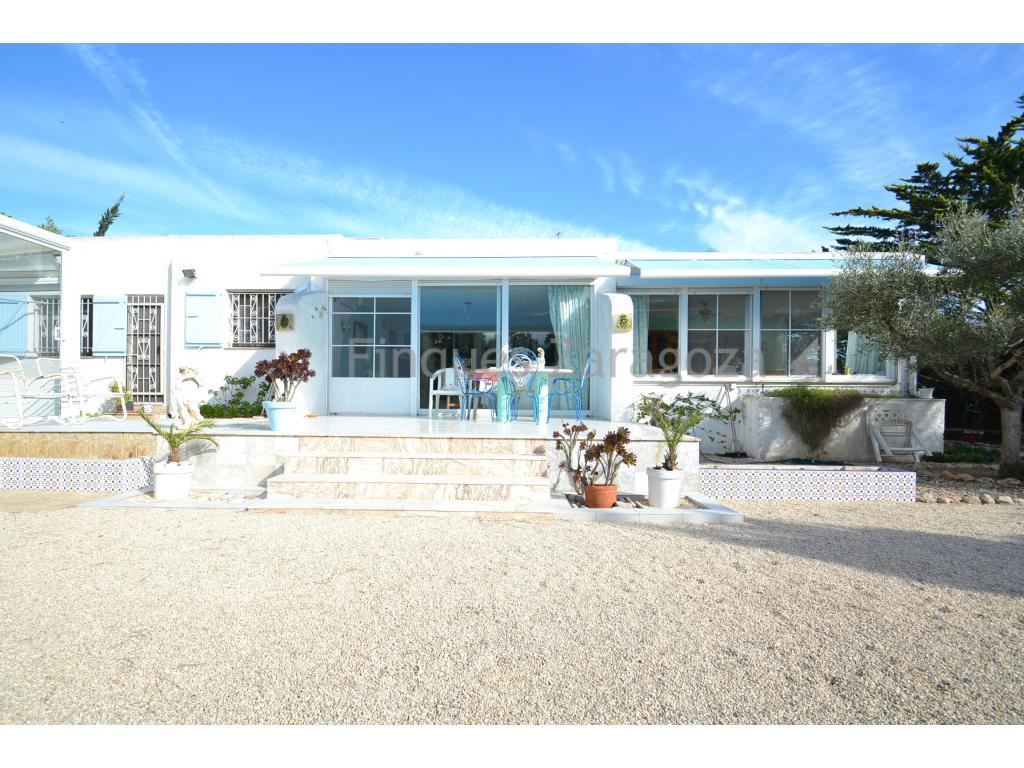 Nous présentons cette villa avec 1.450m² de terrain sur la plage de Riumar, à 170m de la promenade.La villa qui a 180m², est répartie dans le hall, le salon, la cuisine, 2 chambres à coucher et 2 salles de bain. La maison a également une autre cuisine + salon qui donne sur l'arrière de la maison, où il y a aussi une terrasse avec auvent et la piscine intérieure avec douche.La maison a une petite maison au bas de la parcelle pour stocker les outils de jardin et un garage.Le jardin a toutes sortes d'arbres tels que palmiers, pins, sapins….La maison est située sur la rue Capadella, à 2 minutes à pied de la promenade.La maison est vendue avec les meubles et les appareils ménagers inclus (articles personnels sont exclus).