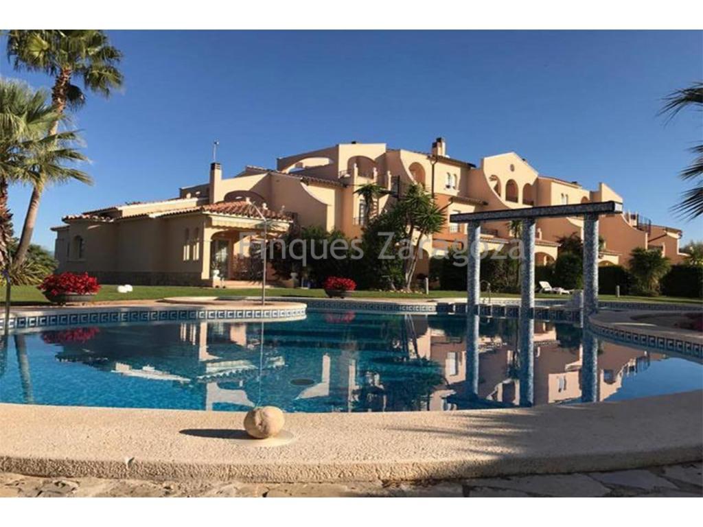Maison mitoyenne à vendre dans l'urbanisation Vista Verde à Sant Jordi Panoramica Golf, Castellon. La maison a 177m² construits. Il est distribué sur deux étages. Au premier étage, nous trouvons le salon ouvert qui donne sur la terrasse et le jardin privé et une cuisine séparée. Dans le salon il y a une cheminée. Il y a aussi des toilettes au même étage. Au deuxième étage, nous trouvons les 3 chambres doubles et 3 salles de bains. Il a une belle terrasse avec vue panoramique sur le golf. Il y a du chauffage au gaz par des radiateurs.Beaux espaces verts et piscine communautaire. Il dispose également d'un barbecue.