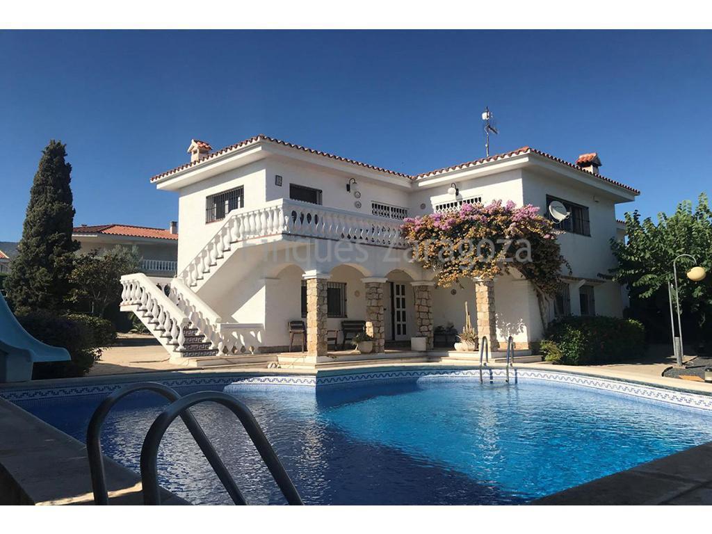 Villa zu verkaufen in Alcanar Playa, in der Urbanisation Serramar, Costa Dorada. Das Haus ist in 2 Stockwerke unterteilt. Im Erdgeschoss gibt es 4 Schlafzimmer, eines davon mit eigenem Bad mit Whirlpool-Badewanne, 1 Badezimmer mit Dusche und eine Garage für 2 oder 3 Autos. Im ersten Stock gibt es ein großes und helles Wohn-Esszimmer, ein Wohnzimmer und eine separate Küche. Schöne Terrasse von ca. 20m² mit Meerblick. Es besitzt eine elektrische Heizung, einen privaten Pool und einen Garten. Nur 500 Meter vom Meer entfernt.