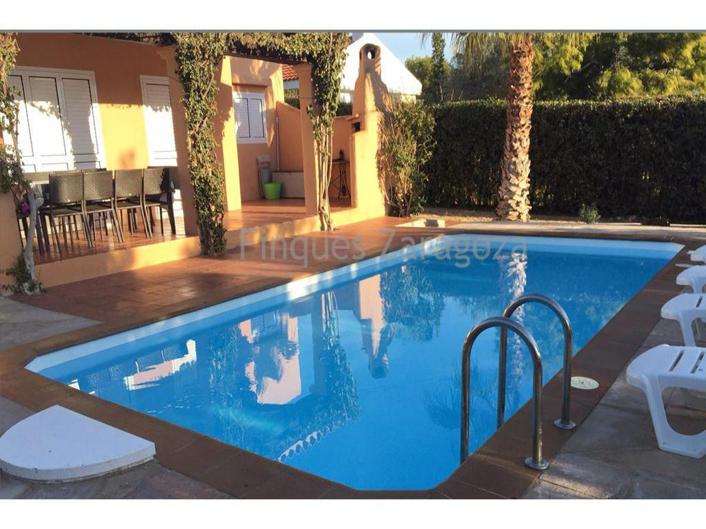 Villa for sale in Alcanar Playa, Costa Dorada. The house has an area of 180m². It has a plot of 670m². On the ground floor there is a laundry room, 3 bedrooms, 2 full bathrooms (bathtubs), living room of about 50m², with access to the terrace, barbecue and pool, a totally new and fully equipped kitchen. On the first floor there is a large room, with a magnificent terrace and a complete bathroom (bath).Private parking on the land. Just 350m from the beaches (coves). The shops are in St Carles de la Rapita (Tarragona), 1.5km.Alcanar Platja is situated in the south of the Spanish Catalonia, about 320km from the french border. It's a residential area, close to Sant Carles de la Ràpita. It's known for its typical food. Alcanar Platja is situated between la Sierra del Montsia, la Bahia dels Alfacs and el Delta de l'Ebro. There's a micro climate. The beautiful Bahia dels Alfacs allows to enjoy water sports and spend unforgettable moments.