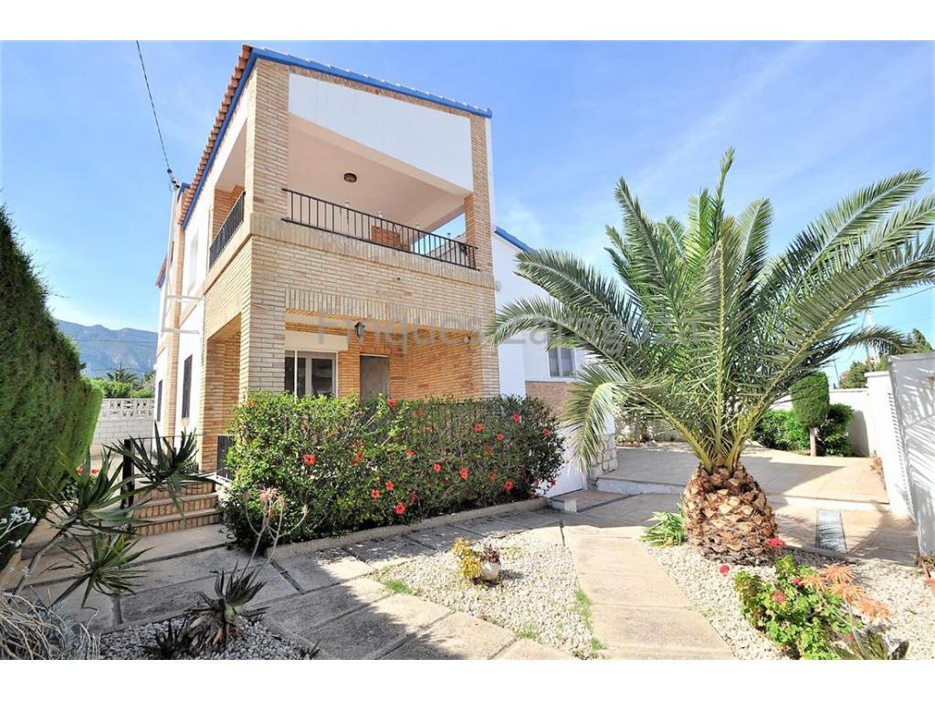 Maison avec vue sur la mer et la montagne dans l'Urbanisation Montsia -Mar, sur un terrain de 408m², dont 132m² construits. Il dispose d'un jardin avec un porche et une terrasse. Six chambres et deux salles de bains. Garage, débarras, sol en grès et cheminée. Maison très lumineuse.