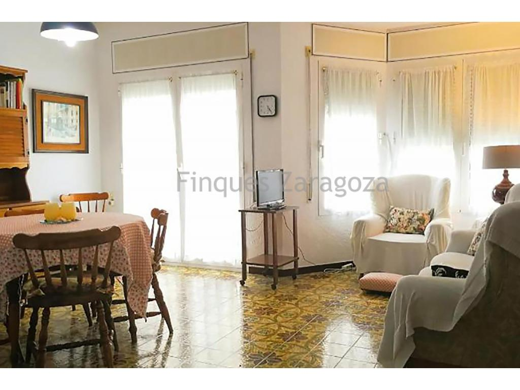 The premises are 90m², with a shop window at street level in the most commercial area of the town, has 1 toilet and a storage room.The house of 93m², is composed by: Dining room-Living room, kitchen, 3 bedrooms, 1 bathroom, and inner courtyard. In addition, at the top it has a very sunny terrace with a 20m² laundry room.