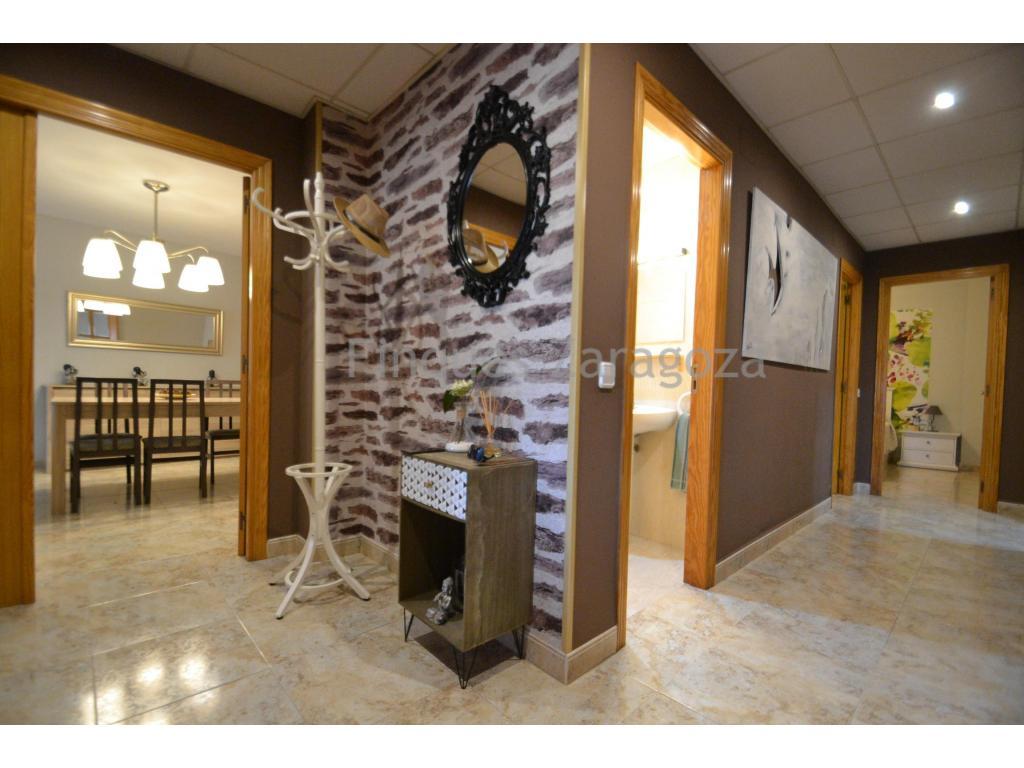 A vendre cet appartement situé au deuxième étage, dans l'Avenida Esportiva de Deltebre, près du centre. L'appartement a une surface construite de 111m² et une surface utile de 98m².Il est distribué dans un hall de distribution, une cuisine séparée, un salon-salle à manger, 4 chambres à coucher, 2 salles de bain et un balcon. L'appartement se trouve à 2 minutes à pied du centre du village.Il est équipé d'une cuisinière en vitrocéramique, d'un chauffe-eau et d'un four électriques, d'une menuiserie en aluminium et d'un double vitrage, ainsi que de la climatisation.L'appartement est en très bon état et prêt à être emménagé.