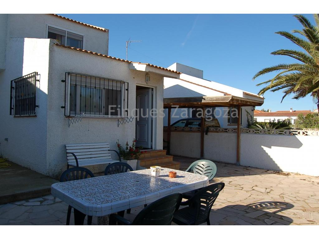 Recently refurbished terraced chalet by the beach of Riumar, built on a private and fenced around land plot of 250m2 and including:On the ground floor: open kitchen, a charming sitting- and dining room, 1 bathroom and 2 bedrooms.On the upper floor: 1 bedroom with dressing area, a private bathroom and lounge. Air conditioning cool and warm.