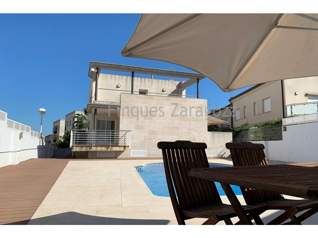 If you are looking for an exclusive property in the residential area of Sant Carles de la Ràpita, do not hesitate to visit it. Just 100m. from the beach and close to all the amenities.The house is distributed in 2 floors plus basement. On the ground floor there is the living room, a separate kitchen and a bathroom, on the first floor there are 3 bedrooms and a bathroom. In the basement there are two rooms with high windows, a storage room, a laundry room and a large garage. Private swimming pool with salt water chlorination system. The house has electric blinds with central locking and air conditioning by duct. A real luxury near the beaches.