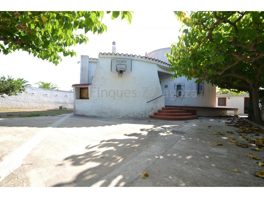A vendre cette villa sur la plage de Riumar (Deltebre), avec 472m² de terrain.Il s'agit d'une villa de 99 m² au rez-de-chaussée et au premier étage.Le rez-de-chaussée est réparti en un couloir de distribution, un salon, une cuisine indépendante, 3 chambres et 1 salle de bain. Au premier étage, il y a une grande chambre avec salle de bain privée et une terrasse donnant sur la mer.À l'extérieur de la maison, il y a une autre salle de bain (idéale pour quand vous arrivez de la plage et pour éviter de vous salir à l'intérieur de la maison), et un débarras où vous pouvez laisser votre vélo et/ou d'autres ustensiles.La maison est équipée de fenêtres en bois, d'un poêle à gaz et d'une chaudière électrique.