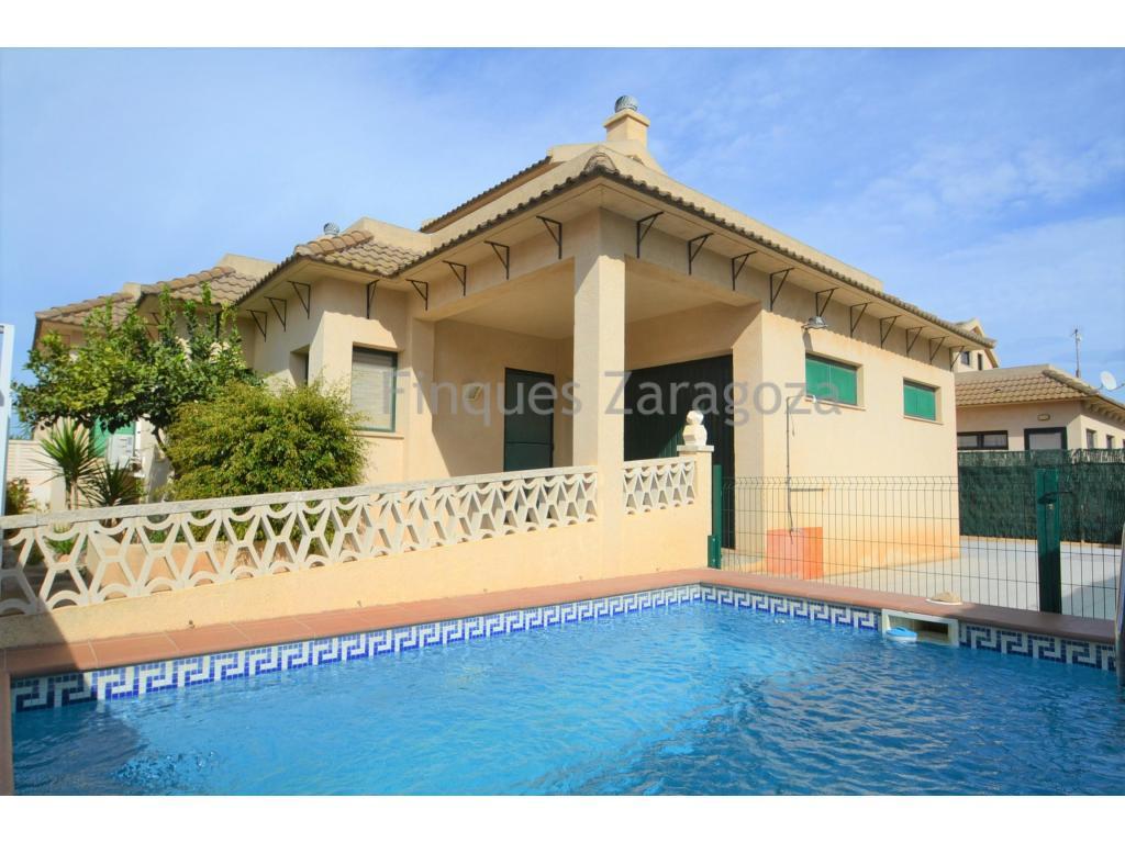 A vendre cette villa sur la plage de Riumar (Deltebre), près de la promenade.Il s'agit d'une villa de 70m² avec un garage de 16m² et une piscine privée.Il dispose d'une terrasse avec barbecue. L'intérieur de la maison est distribué dans un couloir de distribution, une cuisine indépendante, un salon avec cheminée, 3 chambres, 2 salles de bain, dont une dans la chambre principale.À l'étage, il y a une terrasse sur le toit avec une vue dégagée et une salle de stockage à laquelle on accède par un escalier en colimaçon depuis l'intérieur de la maison.La maison est équipée d'une cuisinière à gaz, d'un four électrique et d'un thermos, de l'air conditionné (chaud/froid).Il est vendu avec le mobilier et les appareils électroménagers existants dans la maison.