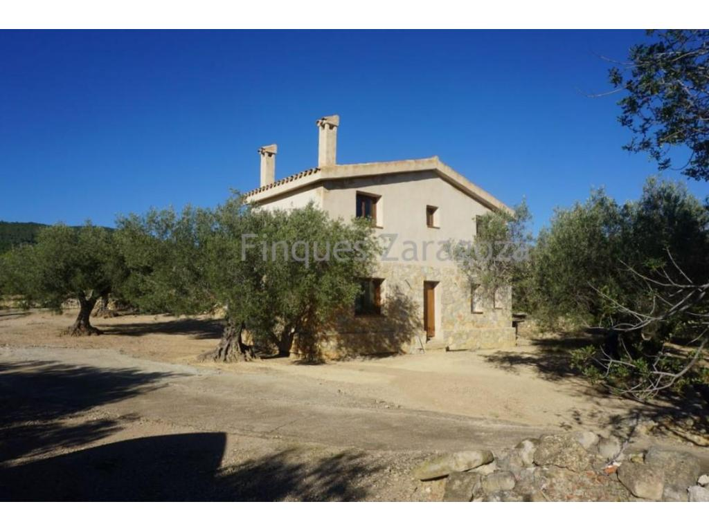 Land of 48,300m².Old country house with 2 floors (renovated to 90%) of 112.44m² with water cistern. Located 7 km from the beach and town (l'Ampolla), paved road. Panoramic views - GROUND FLOOR: living room-dining room-kitchen, a bedroom, a shower room, stairs. - FIRST FLOOR: two double bedrooms and a bathroom with shower.  Old cottage (type masset), stone, surface +/- 60m².