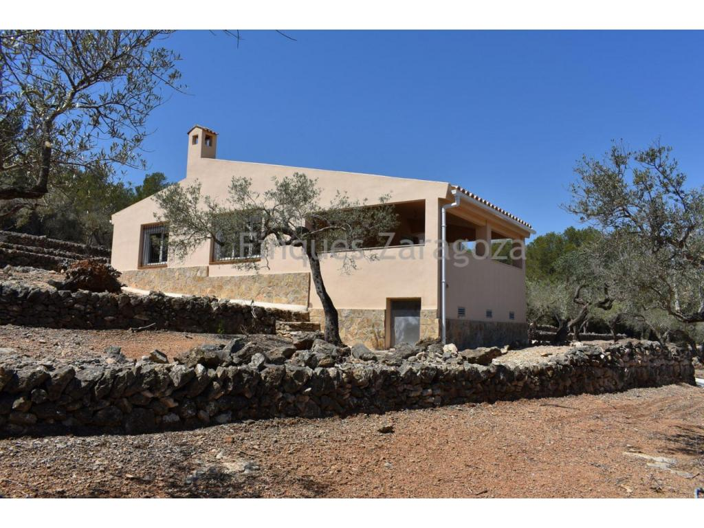 The house has 110m², overlooking the sea, located 3.5km. from the town of El Perelló, 3km. from the beach and 6km. from the town of l'Ametlla de Mar, paved road. Distribution: - Living room with fireplace, kitchen, 1 bathroom, 3 double bedrooms. Covered terrace. Water cistern Electricity without connecting. Land of 5.983m², planted with olive, carob and pine trees. Partially fenced land.