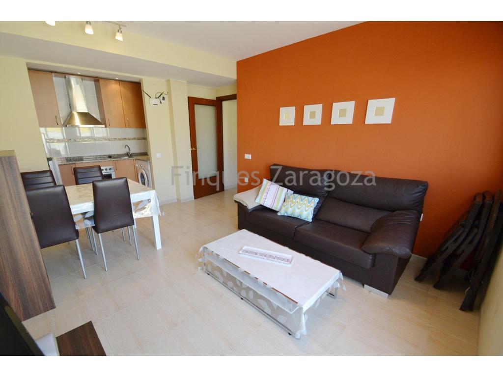 Appartement en parfait état dans la ville de Sant Jaume d'Enveja (Delta de l'Ebre). La propriété est située au deuxième étage et a une surface habitable de 46m². Elle est distribuée en cuisine avec salon-salle à manger avec balcon, 2 chambres, 1 salle de bain avec baignoire.Il est équipé de l'air conditionné dans le salon-salle à manger, de fenêtres en aluminium et de double vitrage, d'un vitro, d'un four et d'une chaudière électrique. En outre, l'appartement dispose d'une place de parking optionnelle, d'une piscine commune et d'un ascenseur.Il est vendu avec le mobilier et les appareils électroménagers existants dans la maison.