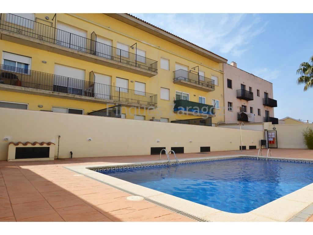 Duplex en parfait état dans la ville de Sant Jaume d'Enveja (Delta de l'Ebre). La propriété est située au deuxième étage et a une surface habitable de 65m². Il est distribué dans la cuisine avec salon-salle à manger, toilettes et balcon au rez-de-chaussée. Au premier étage, il y a 3 chambres à coucher avec 2 terrasses et 1 salle de bains avec baignoire.Il est équipé de la climatisation dans le salon-salle à manger et d'une autre au premier étage, de fenêtres en aluminium à double vitrage, d'une cuisinière électrique, d'un four et d'une chaudière. En outre, l'appartement dispose d'une place de parking optionnelle, d'une piscine commune et d'un ascenseur.Il est vendu avec le mobilier et les appareils électroménagers existants dans la maison.