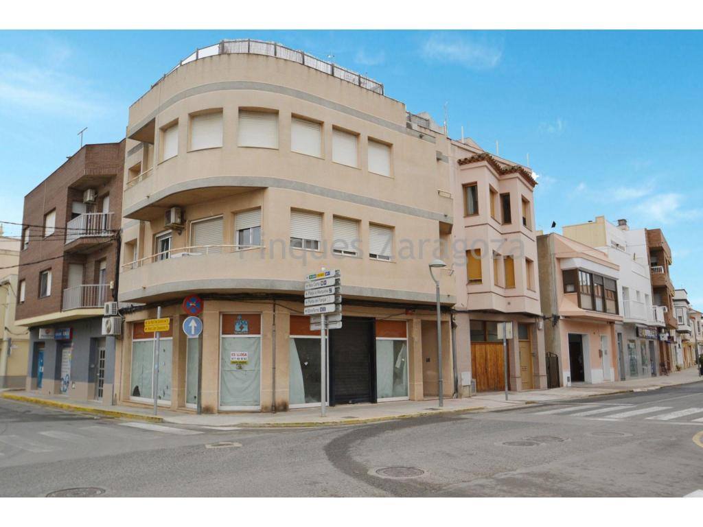 For rent super central commercial premises at the junction of Avda. Les Goles de l'Ebre in C/Estació of 59m² with large shop window of 17m linear.500€ per month.
