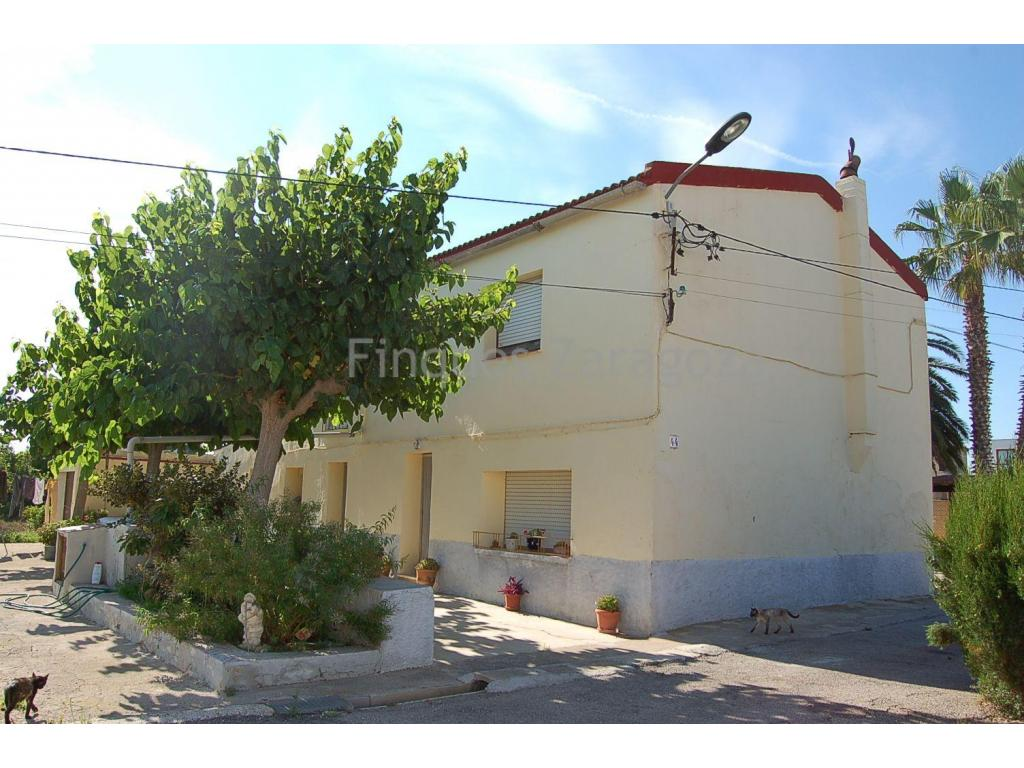 For sale in Deltebre, in the heart of the Ebro Delta, this plot of 1.500m² + detached house with ground floor and first floor connected internally by staircase, topped by a gable roof with a surface area of 267m².The house is south facing, enjoying many hours of sun all year round, and 220m from the river promenade and river Ebro.