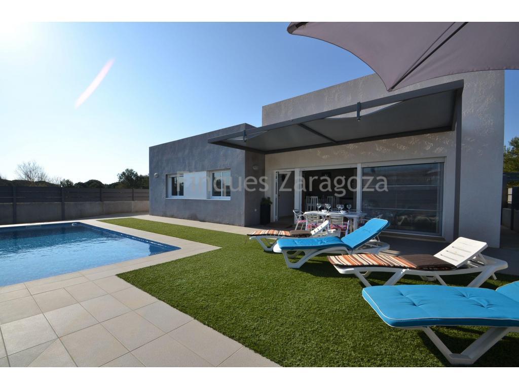 Das Chalet befindet sich in der Urbanisation von Riumar, im Ebro-Delta.Riumar ist eine kleine Urbanisation mit etwas mehr als 1.000 Häusern, die direkt am Strand liegt und vom Naturpark des Ebro-Deltas umgeben ist.Das Haus ist in perfektem Zustand in ruhiger Lage von 90m² verteilt in Wohn-Esszimmer mit Küche, 3 Doppelschlafzimmer (zwei davon mit Einbauschränken), 2 Bäder (eines davon suite). Es hat einen sehr breiten, behindertengerechten Gang.Die großen Aluminiumtüren und -fenster mit Doppelverglasung und die Oberlichter im Flur und in den Bädern sorgen dafür, dass viel Licht ins Innere des Hauses gelangt.Draußen gibt es einen privaten Swimmingpool von 7,5 m Länge, einen Kunstrasenplatz und Parkplätze für 2 Autos. Das Grundstück ist 300m2 groß.Ausgestattet mit Aluminium-Fenster mit Doppelverglasung, AA / CC, Ceran-Kochfeld, Backofen und Elektroboiler. Es wird mit den vorhandenen Möbeln im Haus verkauft.