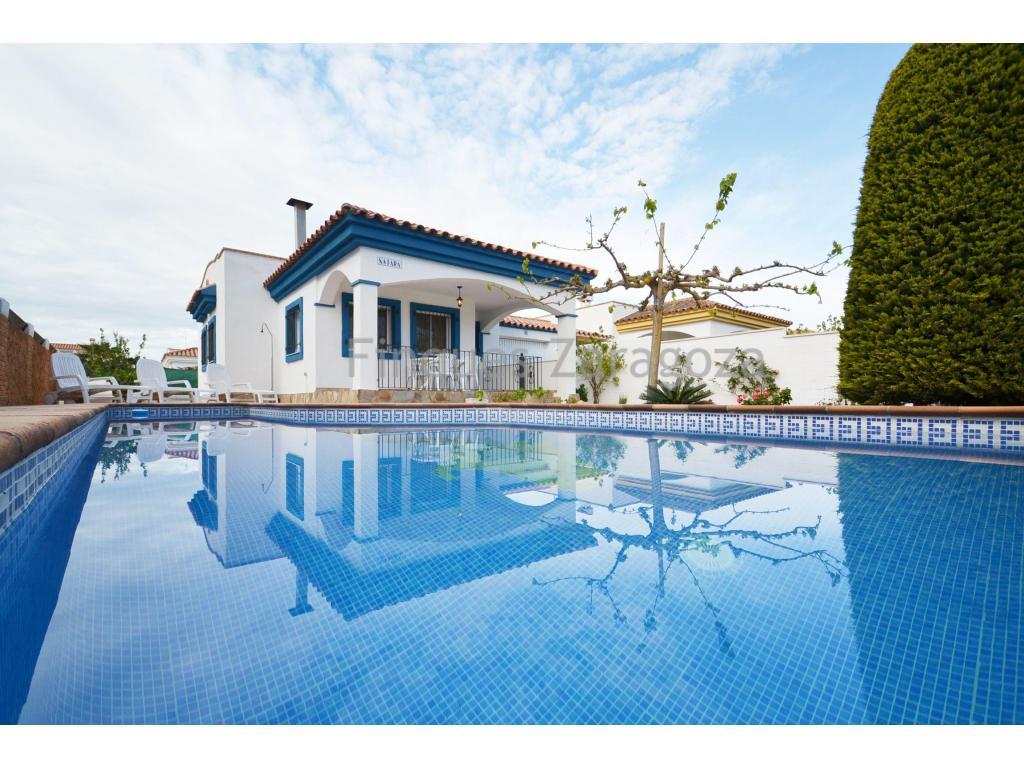 Riumar ist eine kleine Urbanisation mit etwas mehr als 1.000 Häusern, die direkt am Strand liegt und vom Naturpark des Ebro-Deltas umgeben ist.Die Villa liegt nur wenige Meter vom Strand entfernt, hat 83m² gebaut, verteilt auf Küche-Ess-Wohnzimmer mit Kamin, 3 Doppelschlafzimmer mit Einbauschränken, und 2 Bäder (eines mit Dusche und eines mit Badewanne), sowie Waschküche und Garage.Von der Veranda-Terrasse hat man Blick auf den Garten und den Pool. Auf der Rückseite befindet sich ein Zwinger und eine Wendeltreppe, die den Zugang zur Sonnenterrasse der Villa ermöglicht.Es ist ausgestattet mit doppelt verglasten Aluminiumfenstern, AA/CC, Gasherd, Elektroofen und Boiler. Es wird mit den vorhandenen Möbeln im Haus verkauft.Der Preis der Immobilie ist verhandelbar.