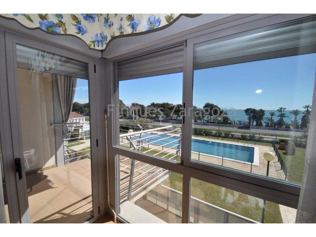 Appartement à Alcanar Playa, avec vue sur la mer, 2 chambres doubles, avec placards, 2 salles de bain, cuisine indépendante, salle à manger, terrasse de 7m², parking inclus avec petit débarras, à 100 mètres de la mer, tout extérieur, très lumineux et avec air conditionné avec conduits.