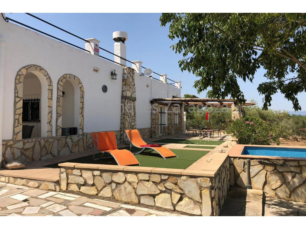 The house is on a fenced plot of 6000m² with almond and olive trees. Covered arched terrace in a large open plan living room.Living dining room with fireplace, fully fitted modern kitchen. Bathroom with large separate shower and bath. 4 bedrooms, 2 doubles and 2 children's bedrooms with doors leading to a terrace at the side of the house with a small swimming pool. Outside there is a kitchen and barbecue, plus a garage. To the rear there is a raised terrace and further storage space. The house has mains electricity, water, air conditioning, alarm system. Located within walking distance to the village of Masdeverge.