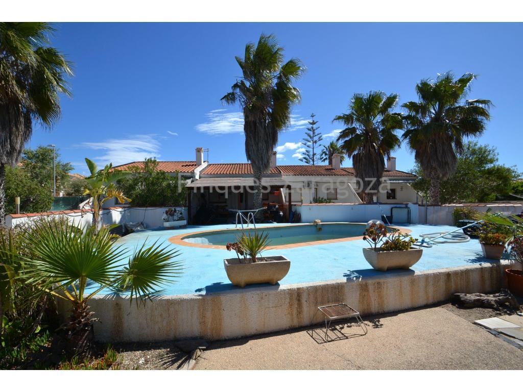 Se trata de un conjunto construido el año 1988 a escasos metros del paseo marítimo en la Urb. Riumar, una pequeña urbanización de poco más de 1.000 casas que está situada directamente en la playa y rodeada por el Parque Natural del Delta del Ebro.La construcción consta de 4 casas adosadas de 67m² construidos cada una de ellas, y distribuidas con cocina-salón-comedor, 2 habitaciones y baño. Y en la parte exterior tienen una terraza, jardín privado y piscina comunitaria. En la parte Este de la finca, existe otra construcción tipo loft, de 42m² construidos.La finca tiene varios accesos desde la calle principal.