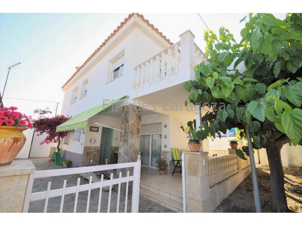 Chalet en Alcanar zona Urbanización Garbí.La casa tiene 164m² de superficie construida en 2 plantas sobre una parcela de 156m². El chalet se sitúa a 400m de la playa y está distribuido en: cocina separada, comedor, 5 dormitorios, 2 baños y garaje.La propiedad está en muy buen estado.